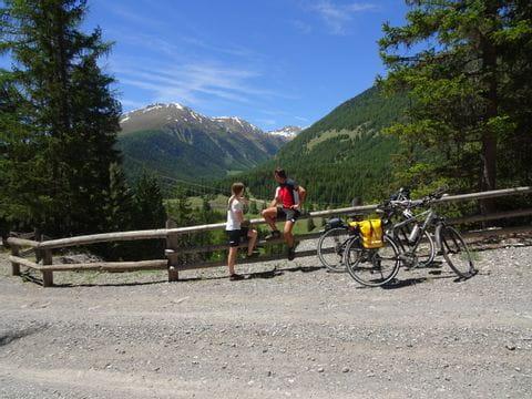 Pause bei schöner Aussicht auf die Berge