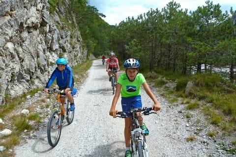 Familie am Radweg in Südtirol