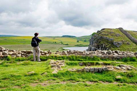Wanderer mit Ausblick am Hadrians Wall