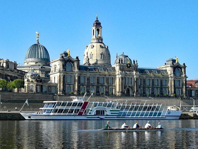 Blick auf Frauenkirche und Kunstakademie in Dresden