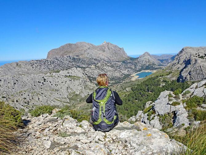Wanderrast mit Panoramablick auf den Puig de l'Ofre