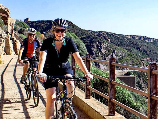 Radfahrer am Radweg an der Südküste in Sardinien