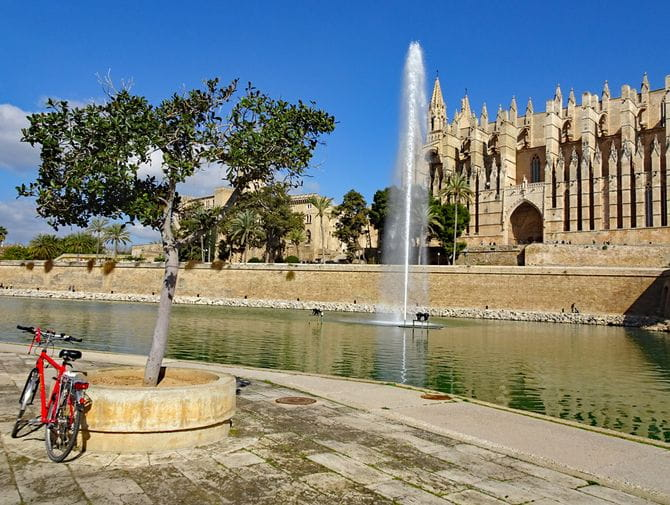 Rad vor Kathedrale in Palma