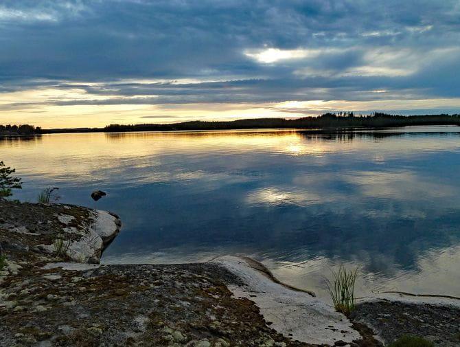 Abenstimmung über dem Horizont bei der Finnischen Seenplatte